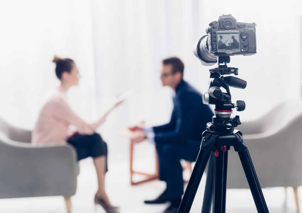 Interview_vor_einer_Kamera_1280x903