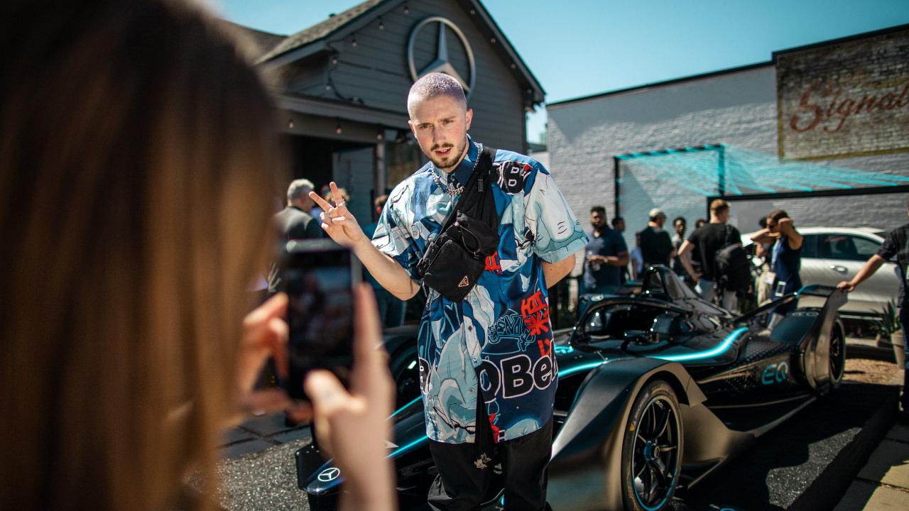 Posing vor EQ Formula E Auto