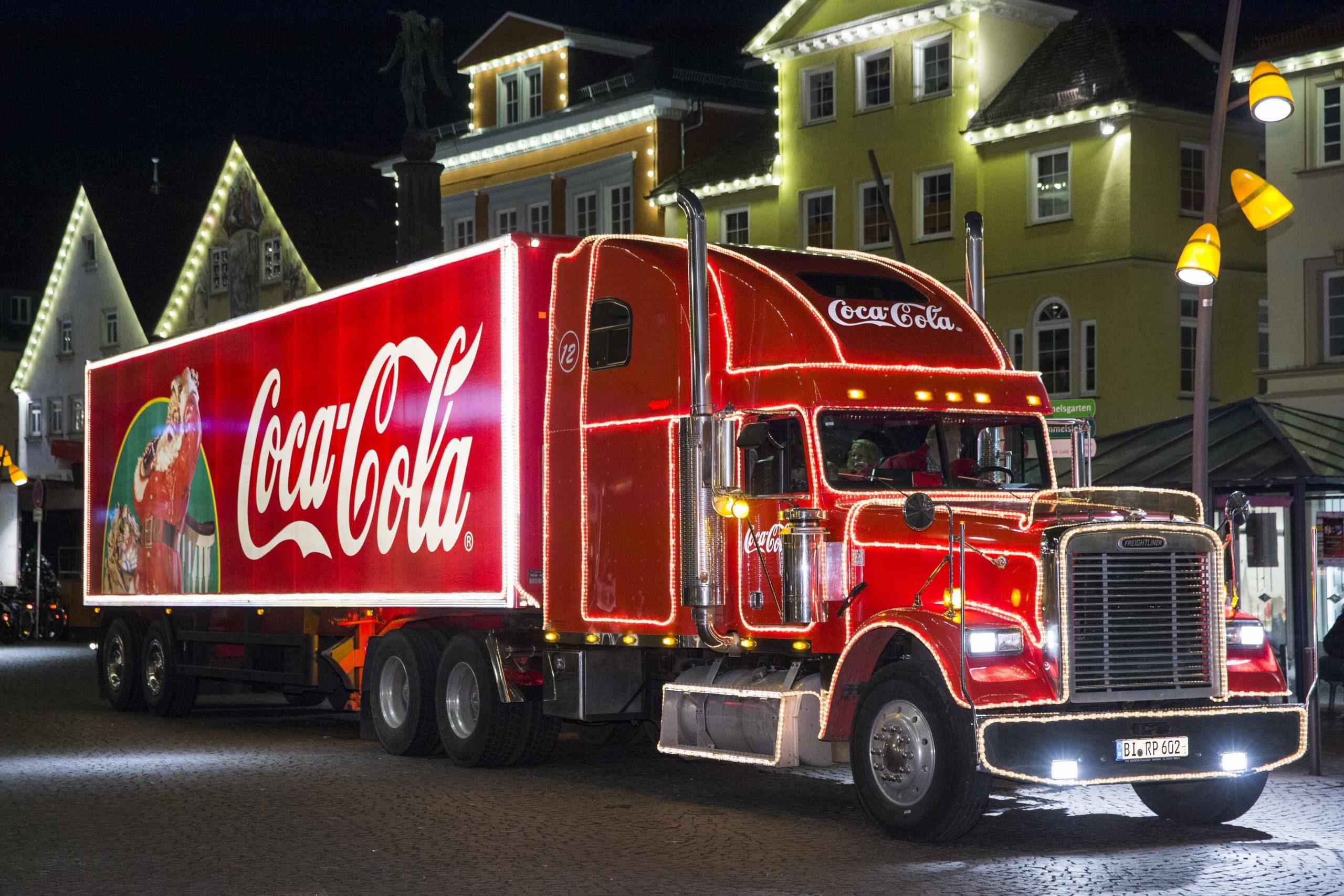 """Coca-Cola Weihnachtstour am 4.12.2014 in Schwäbisch Gmünd. Vom 29. November bis zum 22. Dezember sind die Coca-Cola Weihnachtstrucks wieder auf den Weg. Coca-Cola und Santa Claus laden ganz Deutschland ein, anderen eine Freude zu machen. Bereits zum 18. Mal sorgen die Coca‑Cola Weihnachtstrucks in insgesamt 60 Städten für Weihnachtsfreude. Außerdem engagiert sich Coca-Cola mittlerweile im siebten Jahr für die Charity-Aktion BILD hilft e.V. """"Ein Herz für Kinder"""". Foto: Gero Breloer für Coca-Cola Deutschland GmbH"""