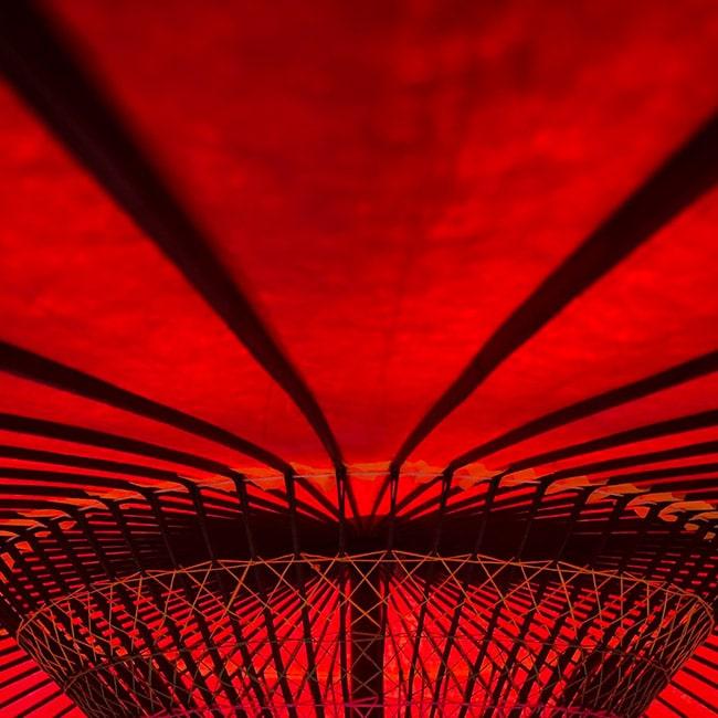 Ein rotes Karussell in Nahaufnahme.