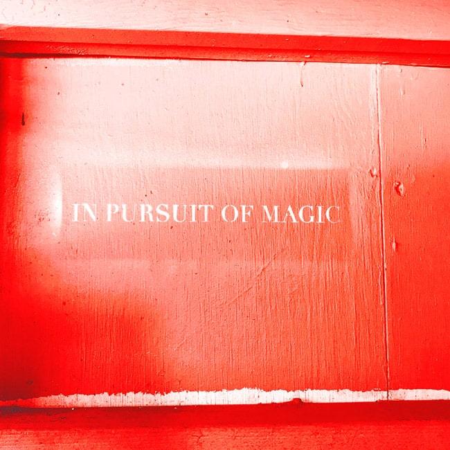 """Eine Leuchtreklame auf der steht """"In Pursuit of Magic"""". follow red Events sind immer magisch."""