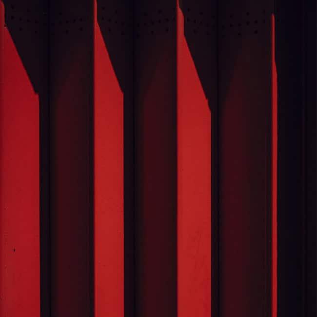 Ein roter Vorhang mit hellen und dunklen Schattierungen.