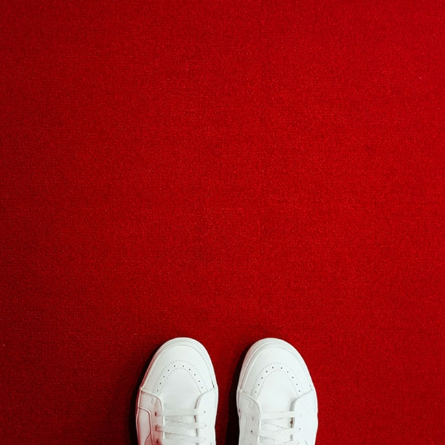 Schuhe auf rotem Untergrund. Bei einer karriere bei follow red stehst du immer richtig.