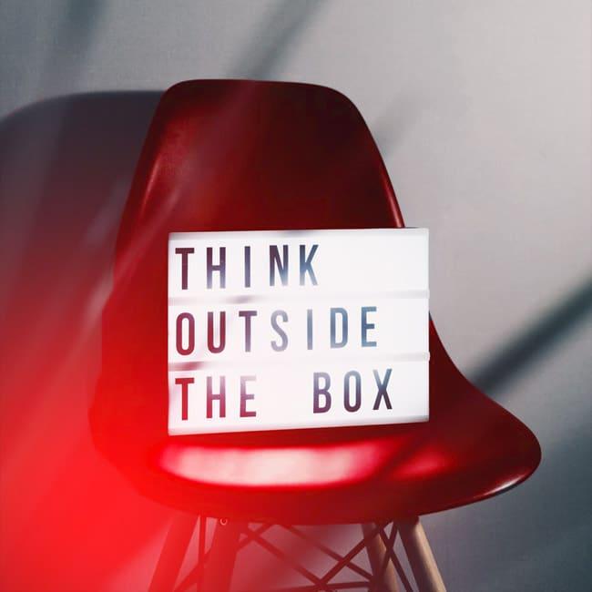 Eine leuchtende Letterbox mit den Worten: Think outside the box. Das gilt besonders für die Neukreation und Überarbeitung der Brand Identity.