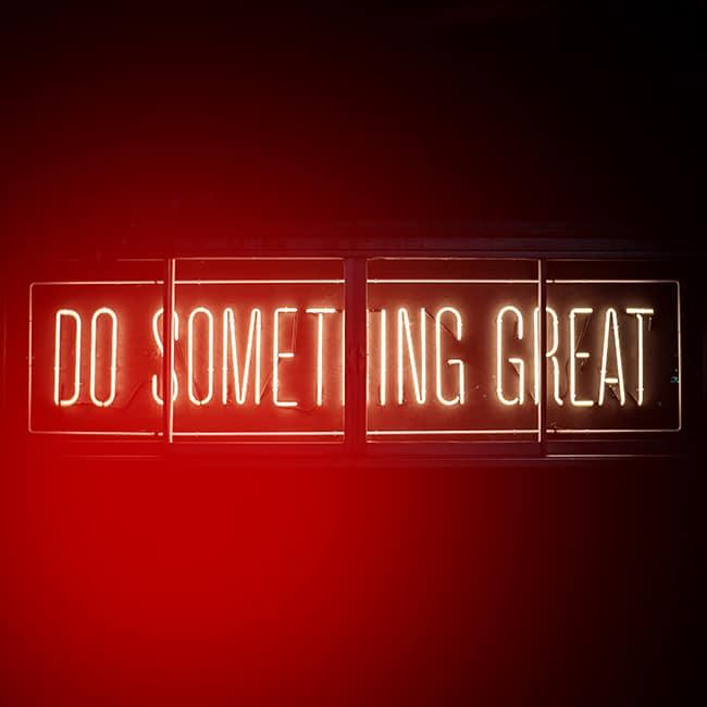 """Eine Leuchtreklame mit den Worten: """"Do something great"""". Das spornt und als Agentur für Brand Design jeden Tag an."""