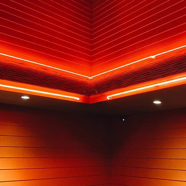 Ein roter Raum mit leuchtenden Wänden. Be red. Be follow red.