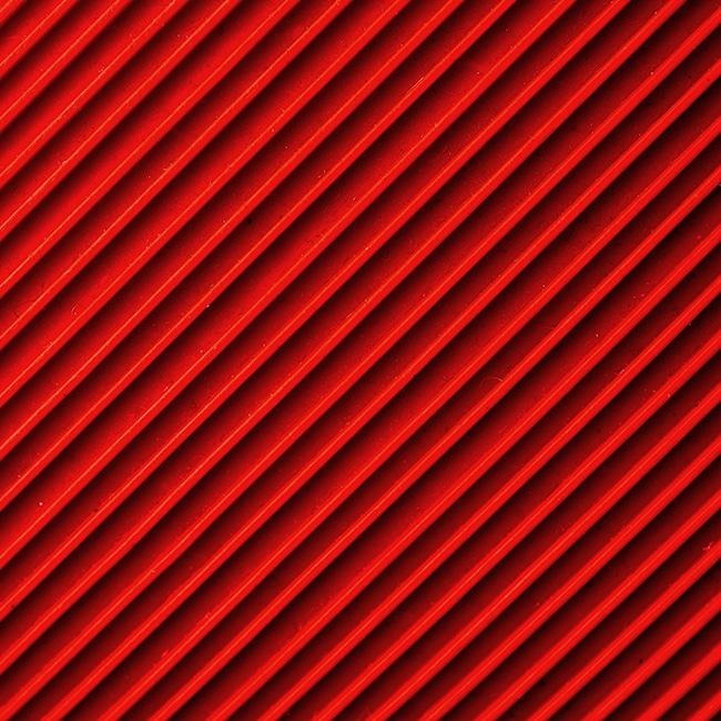 Eine rote Wand mit Struktur.