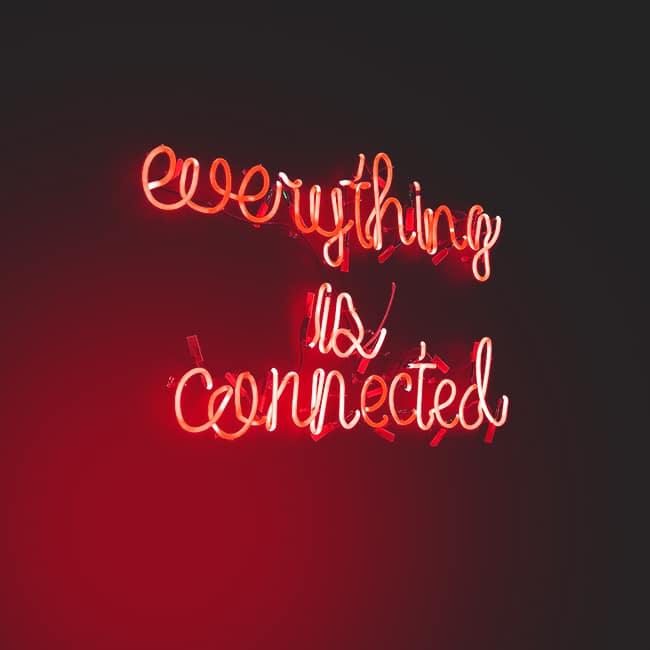 Eine Leuchtreklame mit den Worten: everything is connected. Verbindung reicht bei digitaler Kommunikation nicht aus, auch ein passendes UI-Design ist wichtig.