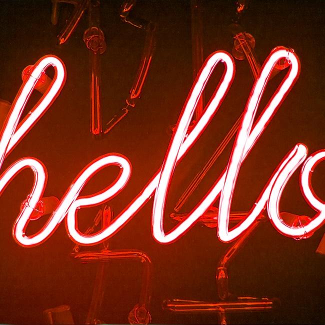 Hello in einer Leuchtreklame. Das beste an Promotion? Die Kunden direkt anzusprechen und gan nah dran zu sein beim ersten Hallo.