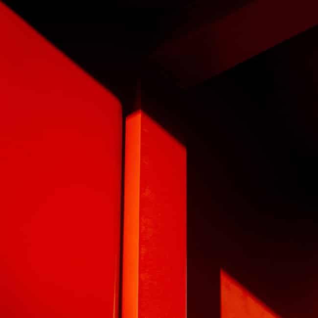 Ein roter Türrhamen. Er steht bei follow red für offene Türen, wo immer authentische Promotion-Konzepte gebraucht werden..