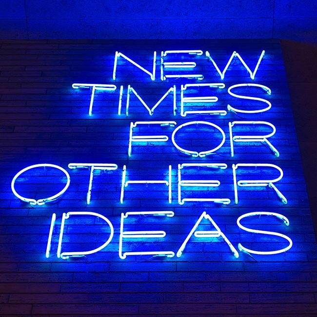 """Eine Leuchtreklame mit den Worten: """"New Times for other Ideas"""". Zum Beispiel für Digitale Events statt Live Events."""